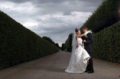 Gelukkig paar in het park Royalty-vrije Stock Afbeeldingen