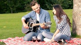 Gelukkig paar, het romantische gitaar spelen stock footage