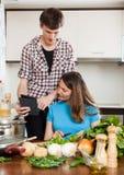 Gelukkig paar in keuken Royalty-vrije Stock Afbeelding