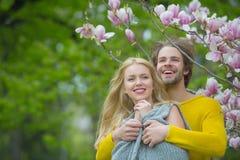 Gelukkig paar in liefde in de bloemen van de de lentemagnolia stock foto's