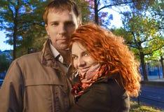 Gelukkig paar in liefde het stellen tegen bac van de herfstamsterdam Stock Afbeelding