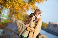 Gelukkig paar in liefde op de dijk Fontanka Stock Fotografie