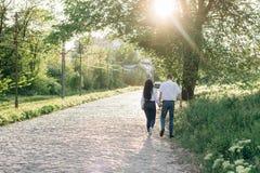 Gelukkig paar in liefdegangen en greephanden stock foto's