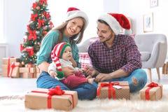 Gelukkig paar met baby het vieren Kerstmis samen Royalty-vrije Stock Foto