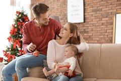 Gelukkig paar met baby het vieren Kerstmis samen Royalty-vrije Stock Afbeelding