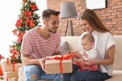 Gelukkig paar met baby het vieren Kerstmis samen Royalty-vrije Stock Fotografie