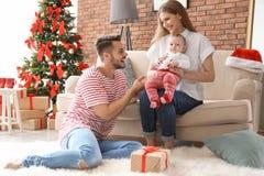 Gelukkig paar met baby het vieren Kerstmis samen Royalty-vrije Stock Foto's
