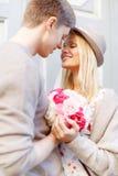 Gelukkig paar met bloemen in de stad Royalty-vrije Stock Afbeeldingen