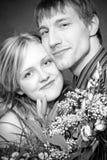 Gelukkig paar met een bloembos Stock Afbeeldingen