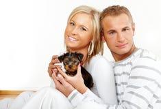 Gelukkig paar met een puppy stock foto