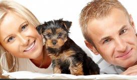 Gelukkig paar met een puppy stock afbeelding