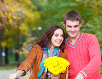 Gelukkig paar met fiets in de herfstpark Stock Afbeeldingen