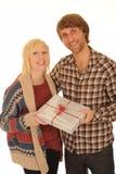 Gelukkig paar met gift Stock Foto's