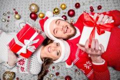 Gelukkig paar met giftdozen Royalty-vrije Stock Fotografie