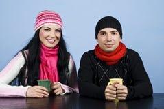 Gelukkig paar met hete drank Stock Fotografie