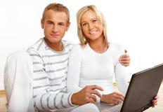 Gelukkig paar met laptop royalty-vrije stock foto