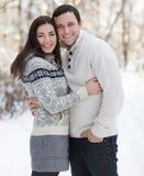 Gelukkig paar met maretak die pret in het de winterpark hebben Royalty-vrije Stock Foto