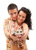 Gelukkig paar met miniatuurhuis Stock Foto's