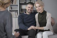 Gelukkig paar met psycholoog royalty-vrije stock foto's