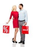 Gelukkig paar met rode het winkelen zakken Stock Afbeeldingen