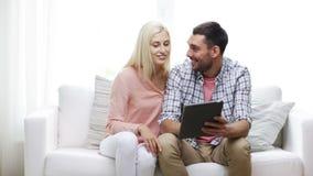 Gelukkig paar met tabletpc thuis stock videobeelden