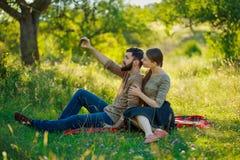 Gelukkig paar met telefoon Stock Afbeelding