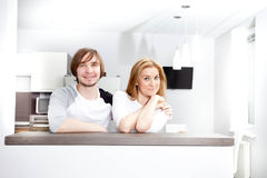 Gelukkig paar in nieuw huis stock foto's