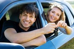 Gelukkig paar in nieuwe auto Stock Fotografie