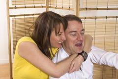 Gelukkig paar in nieuwe plaats stock afbeeldingen