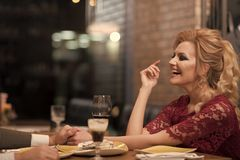 Gelukkig paar op de zomeravond die romantisch diner hebben stock foto's