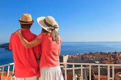 Gelukkig paar op de zomervakantie in Europa royalty-vrije stock foto's