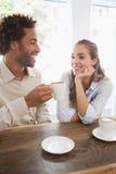 Gelukkig paar op een datum die koffie hebben Stock Foto