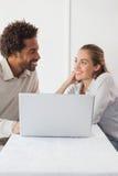 Gelukkig paar op een datum die laptop met behulp van Stock Foto's