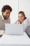 Gelukkig paar op een datum die laptop met behulp van Stock Afbeeldingen