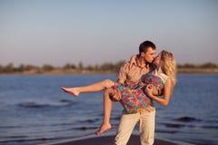 Paar op het strand stock foto's