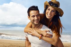 Gelukkig paar op het strand Stock Afbeeldingen