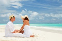 Gelukkig paar op het strand van overzees stock fotografie