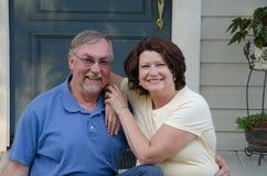 Gelukkig paar op hun portiek Stock Afbeelding