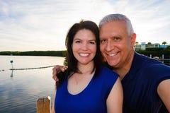 Gelukkig paar in openlucht royalty-vrije stock fotografie