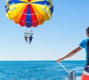 Gelukkig paar Parasailing in Dominicana-de strandzomer Paar onder valscherm die medio lucht hangen Het hebben van pret Tropisch p stock afbeeldingen