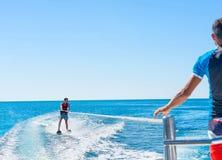 Gelukkig paar Parasailing in Dominicana-strand in de zomer Paaru royalty-vrije stock afbeelding