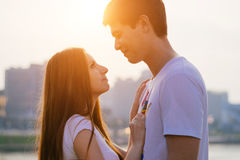 Gelukkig paar in pret hebben in openlucht en liefde die glimlachen Royalty-vrije Stock Foto