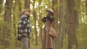Gelukkig paar in pret heeft en liefde die samen lacht De herfstpaar met herfststemming Hello-de herfst Tijd voor Manier stock footage