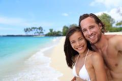 Gelukkig paar selfie op exotische strandvakantie royalty-vrije stock foto's