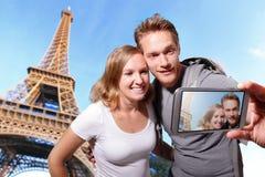 Gelukkig paar selfie in Parijs stock fotografie