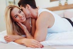 Gelukkig paar in slaapkamer stock afbeeldingen