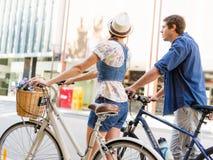 Gelukkig paar in stad met fiets stock foto's