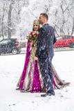 Gelukkig paar in traditionele Turkse huwelijkskleding tijdens hun huwelijk Royalty-vrije Stock Afbeeldingen