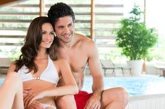 Gelukkig paar in wellness spa royalty-vrije stock fotografie