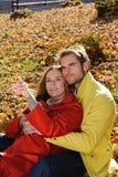 Gelukkig Paar in zonnig Autumn Park Stock Foto's